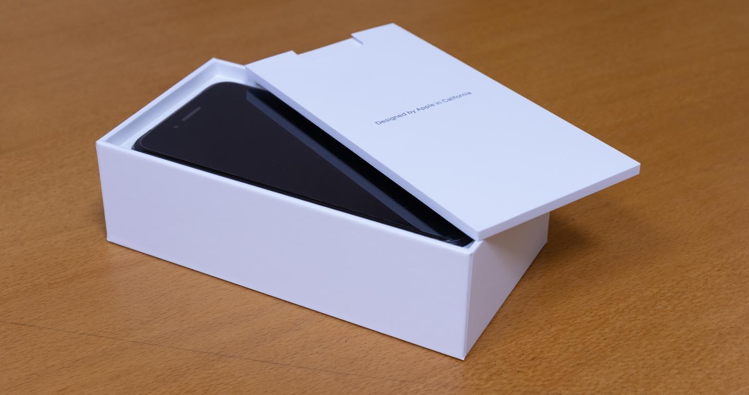 iPhoneSEの箱を開けたところ